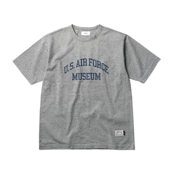"<span style=""font-family:NanumGothic; font-size:15px; font-weight:bold;""> AF Museum S/S Nep T-shirt Grey</span><br /><span style=""font-family:NanumGothic; font-size:11px;"">ESPIONAGE 2015 SS 시즌을 맞이해 새롭게 선보이는 Knitting 제품으로 일반적인 20's 멜란지 원사로 제직된 원단과 달리 20's의 독립 원사 두가지를 트위스트 형태로 제직해 원단을 완성한 고밀도 티셔츠 제품입니다. 특히 과거 스포츠웨어 브랜드에서 볼수 있는 소재적인 특징과 밀리터리 장르의 감성이 적절히 믹스되어 새로운 분위기를 느끼실 수 있으며 실제 175 Bourne Ave, Pooler, GA 31322 U.S.에 위치한 Mighty 8th AIR FORCE MUSEUM의 관련 자료를 바탕으로  가슴에 U.S. Air force Museum 타이포그래피가 아치형태로 나염 처리되어 외형 역시 매력적인 제품입니다. 더불어 과거에 메인 원단만으로 넥라인을 구축했던 당시의 분위기를 최대한 이끌어내 트위스팅 된 본 원단을 가지고 Folder Neck Line으로 재봉해 제품을 완성했으며 그로 인하여 빈티지한 스포츠웨어의 성격을 충분히 느끼실 수 있습니다.</span><br /><a href=""http://www.wherehouse.co.kr/shop/shopdetail.html?branduid=730051&xcode=029&mcode=003&scode=&type=Y&sort=order"" target=""_blank""><span style=""font-size:11px; color:#FFE400;"">BUY NOW</span></a>"