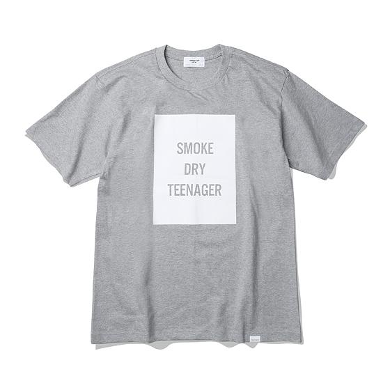 """<span style=""""font-family:NanumGothic; font-size:15px; font-weight:bold;"""">SDT Box Logo Tubular T-Shirt Grey</span><br /><span style=""""font-family:NanumGothic; font-size:11px;"""">ESPIONAGE 2015 SS 시즌을 맞이해 새로운 원사와 제직으로 완성된 Knitting 제품으로 20's Combed Yarn(코마원사 튜브 20수) Cotton 원단을 바탕으로 20's의 가장 기본적인 두께지만 튜브 제직을 통해 높은 밀도와 단단함을 느낄 수 있는 제품입니다. 특히 샘플 튜브 제직을 진행한 뒤 제품의 시험 세탁까지 사전 작업을 이루어 수축률을 최소한으로 낮춘 제품입니다. 더불어 이번 시즌부터 새롭게 적용된 20's 제품만의 타이트한 넥 라인은 과거 빈티지 제품들을 철저히 분석해 새로운 폭과 방식으로 제작되었으며  제품 전면에는 이번 시즌의 테마 워드인 'SMOKE' 'DRY' 'TEENAGER' BOX LOGO가 나염처리 되어있습니다.</span><br /><a href=""""http://www.wherehouse.co.kr/shop/shopdetail.html?branduid=730368&xcode=029&mcode=003&scode=&type=Y&sort=order"""" target=""""_blank""""><span style=""""font-size:11px; color:#FFE400;"""">BUY NOW</span></a>"""