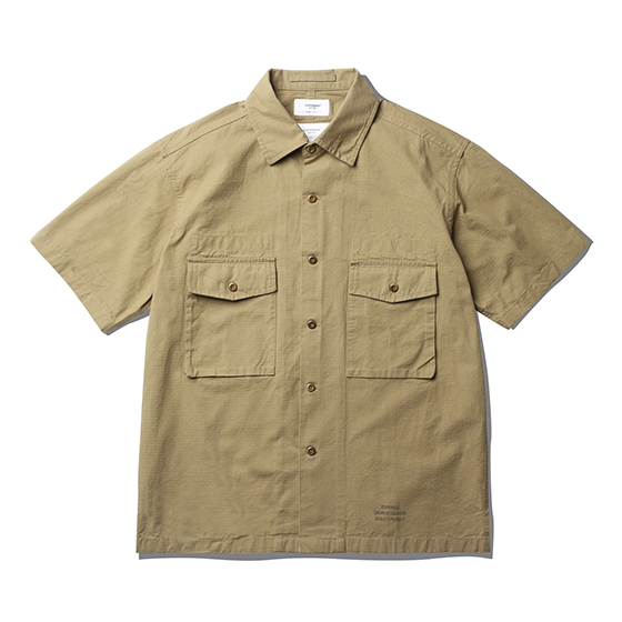 "<span style=""font-family:NanumGothic; font-size:15px; font-weight:bold;"">Hilt Fatigue Shirts Tan</span><br /><span style=""font-family:NanumGothic; font-size:11px;""> 제 2차 세계대전 당시 미 육군에게 지급 된 107 Army Shirts를 모티브로 하여 숏슬리브 형태로 재해석을 시도한 제품입니다. 메인원단으로 사용 된 30수 2합의 Ripstop(립스탑)은 제 2차 세계대전 때 군사용도로 처음 개발 되었으며 찢어짐을 방지하기 위해 바둑판 무늬로 강한 실을 사이사이에 넣어 파열이나 외부 손상에 강해 내구성이 뛰어난 원단으로 에스피오나지에서 직접 제직하여 원단의 두께나 촉감을 몸소 느끼실 수 있습니다. 전면의 밀리터리 포켓은 오리지널 107 Army 셔츠의 디테일을 차용하였고 네임택은 내부에 설치하여 외부에 자연스러운 퍼커링(Puckering)을 강조하였습니다. 또한 일반적인 스탠다드 칼라의 패턴이 아닌 새롭게 고안 된 패턴을 사용하여 착용 시 셔츠와 자켓 두 가지의 스타일링을 하실 수 있는 것이 특징인 제품으로 몸판 하단의 트임 디테일과 더불어 일반적인 셔츠와는 확연히 다른 완성도를 보여줍니다. 제품 전면에는 에스피오나지의 퀄리티 프로덕트를 의미하는 'ESPIONAGE GARMENT EQUATION QUALITY PRODUCT' 타이포그래피가 나염처리 되어 있으며 전체적으로 여유로운 패턴을 적용해 편안하게 착용할 수 있는 제품입니다.</span><br /><a href=""http://www.wherehouse.co.kr/shop/shopdetail.html?branduid=744362"" target=""_blank""><span style=""font-size:11px; color:#FFE400;"">BUY NOW</span></a>"