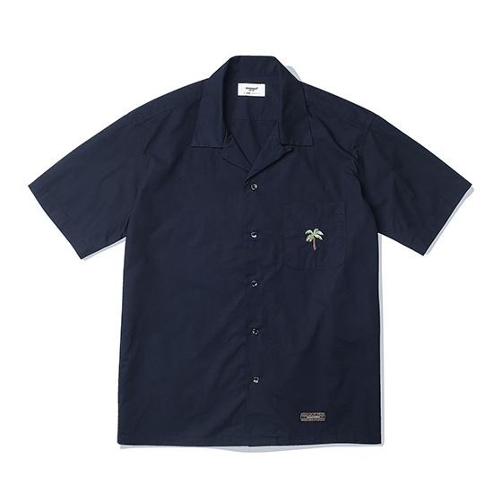 """<span style=""""font-family:NanumGothic; font-size:15px; font-weight:bold;"""">Palm Tree Open Collar Shirts Navy</span><br /><span style=""""font-family:NanumGothic; font-size:11px;""""> 과거 1960년대부터 현재에 이르기까지 주로 워크웨어에서 볼 수 있었던 Open Collar Shirt 제품을 현대적인 의복 분위기에 맞도록 재해석 한 제품입니다. 메인원단으로는 여름시즌에 적합하고 세탁이 용이한 Cotton 100% 60수 주자직 원단을 사용하여 견고함과 동시에 부드러운 촉감과 은은한 광택을 느끼실 수 있는 것이 특징입니다. 전체적인 외형은 기본에 충실했지만 과거 Open Collar Shirt의 폭 넓은 칼라패턴을 개선하였으며 오리지날 제품 고유의 패턴을 유지하되 현대적인 룩에도 무리 없도록 수정하여 하여 웨어러블하게 착용하실 수 있는 제품입니다.</span><br /><a href=""""http://www.wherehouse.co.kr/shop/shopdetail.html?branduid=744458"""" target=""""_blank""""><span style=""""font-size:11px; color:#FFE400;"""">BUY NOW</span></a>"""