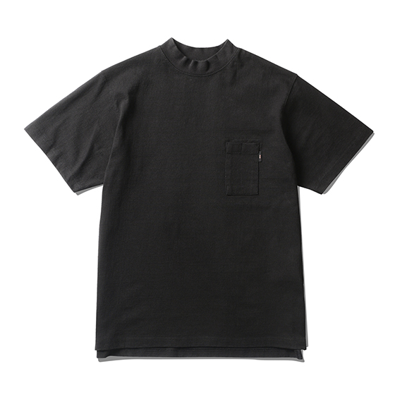 "<span style=""font-family:NanumGothic; font-size:15px; font-weight:bold;"">Mid Neck Pocket T-Shirt Black</span><br /><span style=""font-family:NanumGothic; font-size:11px;""> 제 2차 세계대전 미 해군에게 보급된 USN Mock-Neck Sweat울 모티브로 하여 숏슬리브 형태로 재해석 시도 한 제품으로 환절기에는 단독으로 착용이 가능하며 다소 추운 날씨에는 이너로써 활용도가 높게끔 제작 된 제품입니다. 메인원단으로는 미국산 면화(Cotton USA)를 바탕으로 방적 된 OG 10's Ringspun Yarn(오리지널 10수 링원사)을 사용하여 편직 한 원단을 사용하였으며 450g/yd²의 높은 중량과 더불어 일반적인 편직물에 비해 도목을 최대한 좁게 편직하여 오랜 기간 사용에도 제품의 원형유지가 지속 되도록 많은 노력을 기울였습니다. 특히 제품의 완성 후 한 차례 워싱까지 작업해 후반 가공에 있어서도 심혈을 기울인 제품으로 특유의 촉감과 수축률을 고정화 시킨 것이 이번 제품의 장점이라고 할 수 있습니다. Mock-Neck 패턴, 전면 펜슬포켓과 더불어 하단의 트임디테일의 꼼꼼하고 높은 재봉 퀄리티는 이번 니팅 라인업 중 가장 기술적인 부분으로 여겨지고 있습니다.  </span><br /><a href=""http://www.wherehouse.co.kr/shop/shopdetail.html?branduid=747533"" target=""_blank""><span style=""font-size:11px; color:#FFE400;"">BUY NOW</span></a>"