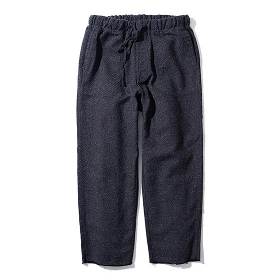 "<span style=""font-family:NanumGothic; font-size:15px; font-weight:bold;"">Naper Jazz Nap Climbing Pants Navy</span><br /><span style=""font-family:NanumGothic; font-size:11px;"">메인원단으로 사용 된 일본 Shibaya社의 Jazz Nep Twill(Cotton 70% / Acrylic 20% / Polyester 10% Yarn Dyed Twill)은 셔틀직기 형태의 구직기로 방직시에 원단 표면에 생기는 불규칙한 뭉치들이 보이는 원단으로 예전에는 Nep이 하자로 간주되었지만 신형방직기로 제직하는 현재에는 Nep을 구현하는 것이 힘든 일이 되어 희소성을 띄는 원단입니다.  외형은 오리지널 등산용 팬츠의 무릎덧댐, 절개 디테일은 현대적인 의복 분위기에 맞도록 간소화하였으며 슬림핏에서 크롭 기장의 와이드한 패턴을 사용하여 제품 착용 시 편안함을 느끼실 수 있도록 제작 되었습니다. 더불어 밑단은 노출 시접 봉재로 작업하여 빈티지한 무드를 더하였으며 제품 완성 후 별도의 워싱을 진행함으로써 외부에 자연스러운 퍼커링(Puckering)을 강조하였습니다. </span><br /><a href=""http://www.wherehouse.co.kr/shop/shopdetail.html?branduid=748016"" target=""_blank""><span style=""font-size:11px; color:#FFE400;"">BUY NOW</span></a>"